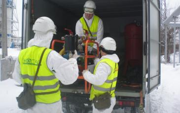 Газоспасатели производят разгрузку оборудования