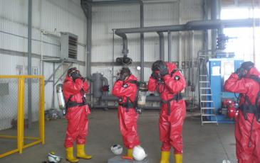 Спасатели Самарского центра «ЭКОСПАС» в костюмах полной газовой защиты