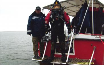Погружение водолаза с катера