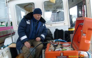 Водолазный специалист Калининградского центра «ЭКОСПАС» у пульта управления водолазом