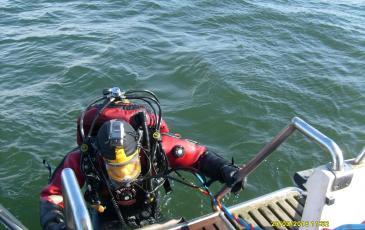 Подъем водолаза на борт катера после подводных работ