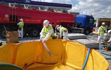Спасатели Центрального отряда «ЭКОСПАС» во время выполнения практических работ по ликвидации последствий ЧС