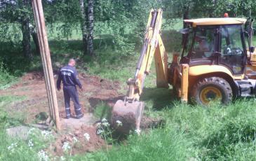 При помощи мини-экскаватора спасатели Ярославского центра «ЭКОСПАС» выкопали траншею вокруг места съезда бензовоза