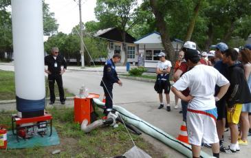 Спасатель «ЭКОСПАС» демонстрирует развертывание бонов
