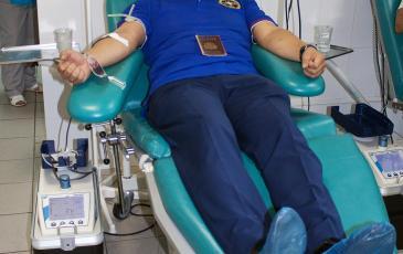 Директор Брянского центра «ЭКОСПАС» Валерий Ким сдает кровь