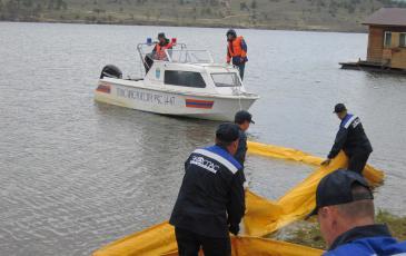 Расстановка боновых заграждений на водной акватории оз.Байкал