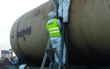 Подъём рукавов к горловине аварийной железнодорожной цистерны