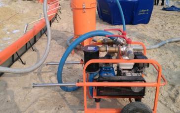 Откачка разлитой нефти с помощью насоса «Мини Вак» на объекте ООО «Пурнефтегаз»