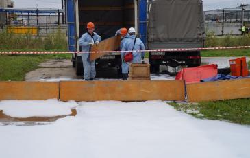 Спасатели Нижневартовского центра «ЭКОСПАС» производят развертывание спасательного оборудования (на объекте ООО «Стрежевской НПЗ»)