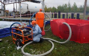 Откачка разлившегося нефтяного продукта на объекте ООО «Стрежевской НПЗ»