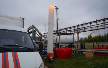 Ликвидация ЧС переходит в ночное время. Спасатели производят запуск мобильной осветительной установки «Световая башня» (на объекте ООО «Стрежевской НПЗ»)