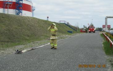 Подача пожарного рукава к месту возгорания на объекте ООО «ЛУКОЙЛ-Западная Сибирь»