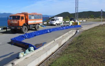 Спасатели Приморского центра «ЭКОСПАС» устанавливают оборудования в зоне проведения учений