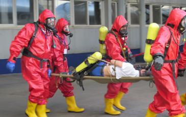 Эвакуация пострадавшего из загазованной зоны