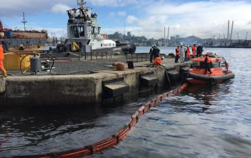 Установка боновых заграждений на водной поверхности