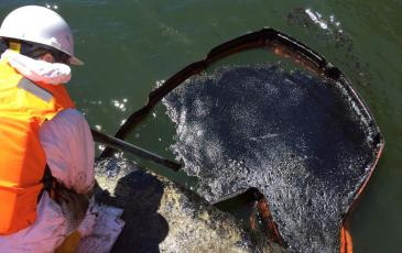 Сбор разлившихся нефтепродуктов с водной поверхности