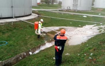 Распыление сорбента на участок разлива нефтепродуктов
