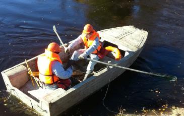 Спуск лодки на воду для постановки боновых заграждений