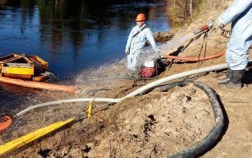 Очистка береговой линии от разлившихся нефтепродуктов