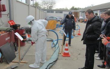 Сотрудник Крымского центра «ЭКОСПАС» показывает работу оборудования ЛАРН на суше