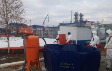 Работа спасателей по ликвидации последствий разлива на объекте ООО «Газпром добыча Ноябрьск»