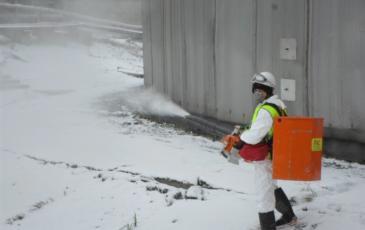 Распыление сорбента на условное место разлива нефтепродуктов