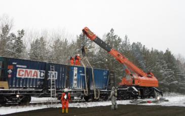 Выгрузка аварийного контейнера с платформы