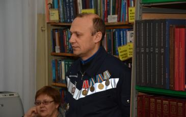 Заместитель командира отряда Вячеслав Рытый рассказывает участникам мероприятия о профессии спасатель