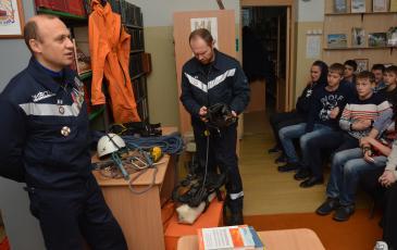 Заместитель командира отряда Вячеслав Рытый знакомит участников мероприятия с образцами аварийно-спасательного инструмента, состоящего на вооружении в Челябинском центре «ЭКОСПАС»
