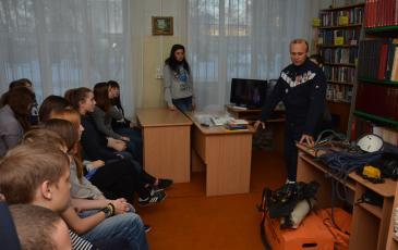 Участники мероприятия слушают рассказ Вячеслава Рытого о профессии спасателя