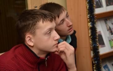 Участник мероприятия с интересом слушает рассказ заместителя командира отряда Вячеслава Рытого о профессии спасателя