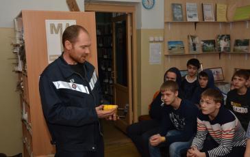 Спасатель Дмитрий Дьячков демонстрирует участникам мероприятия магнитный пластырь консольного типа