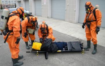 Спасатели Брянского центра «ЭКОСПАС» выносят пострадавшего из загазованной среды (Брянская таможня, 2 ноября 2016 года)