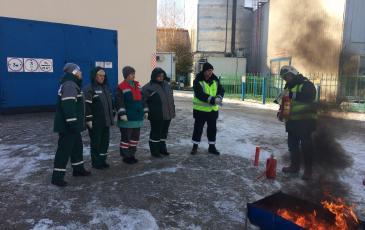 Персонал ОПО изучает приёмы работы с огнетушителем под руководством представителей  УПТОРа «Казанский» Самарского центра «ЭКОСПАС» (г. Альметьевск, 16 ноября 2016 года)