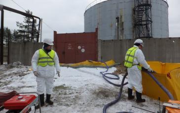 Спасатели ЦАСО «ЭКОСПАС» производят ликвидацию условного аварийного разлива нефтепродуктов (Завод имени В.А. Дегтярева, 24 ноября 2016 года)