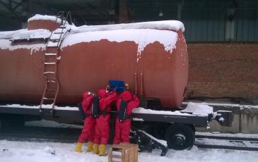 Спасатели Иркутского центра «ЭКОСПАС» устанавливают магнитный пластырь на цистерну (ж/д ст. Киренга, 24 ноября 2016 года)