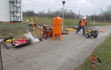 Спасатели Новороссийского центра «ЭКОСПАС» осуществляют развертывание нефтесборного оборудования (г. Анапа, 25 ноября 2016 года)