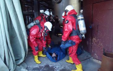 Спасатели Самарского центра «ЭКОСПАС» эвакуируют пострадавшего из зоны ЧС (г. Чапаевск, 30 ноября 2016 года)