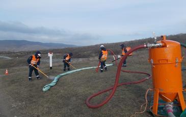 Спасатели Новороссийского центра «ЭКОСПАС» имитируют сбор нефти шанцевым инструментом (АО «КТК-Р,» 18 января 2017 года)