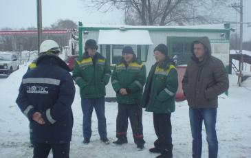 Представитель Самарского центра «ЭКОСПАС» инструктирует персонал ООО «Волгопромсервис» (Самарская область, 25 января 2017 года)