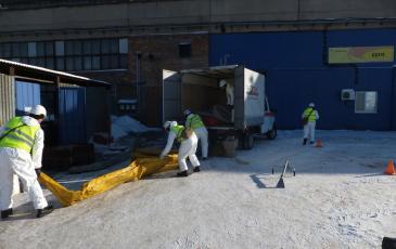 Спасатели ЦАСО «ЭКОСПАС» устанавливают бонновые заграждения (г. Рязань, 26 января 2017 года)