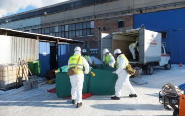 Спасатели ЦАСО «ЭКОСПАС» устанавливают ёмкости временного хранения нефтепродуктов (г. Рязань, 26 января 2017 года)