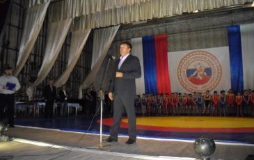 Юрий Коломийцев выступает с напутственными словами участникам турнира