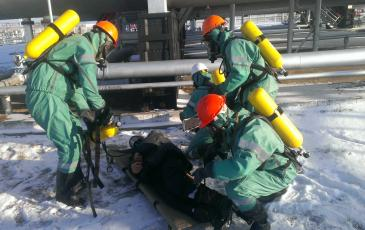Спасатели Самарского центра «ЭКОСПАС» оказывают первую помощь пострадавшему (1 декабря 2016 года, ООО «Благодаров-Ойл»)