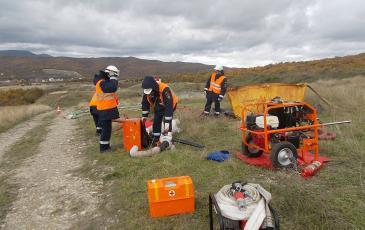Спасатели Новороссийского центра «ЭКОСПАС» подготавливают распылитель сорбента (3 декабря 2016 года)
