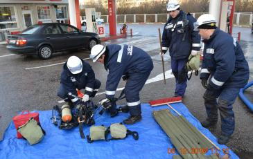 Спасатели Калининградского центра «ЭКОСПАС» готовят газозощитное оборудование к демонстрации (г. Калининград, 6 декабря 2016 года)