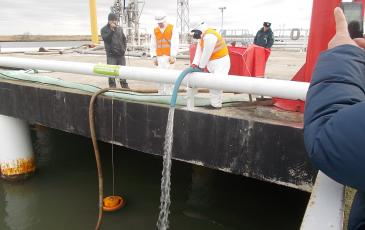Спасатели Краснодарского центра «ЭКОСПАС» имитируют сбор нефепродуктов с прилегающей акватории (г. Темрюк, 6 декабря 2016 года)