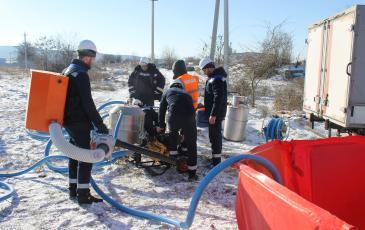 Спасатели Чеченского центра «ЭКОСПАС» осуществляют имитацию сбора нефти (г. Гудермес, 8 декабря 2016 года)