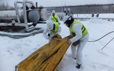 Спасатели ЦАСО «ЭКОСПАС» устанавливают бонновые заграждения (г. Рязань, 21 декабря 2016 года)