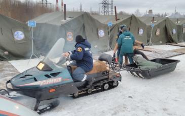 Спасатель Архангельского центра «ЭКОСПАС» совместно с представителями МЧС осуществляет эвакуацию пострадавшего (г. Архангельск, 22 декабря 2016 года)